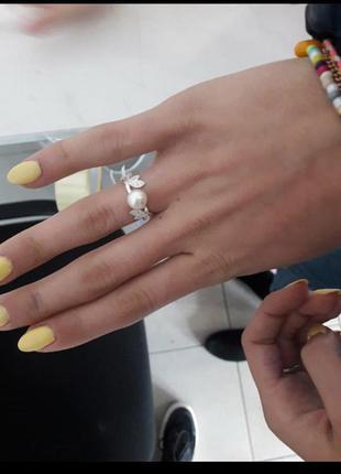 Кольцо с жемчугом и листочками в камнях
