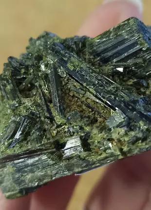 Зеленый турмалин. Друза турмалина. Образец в коллекцию минералов.