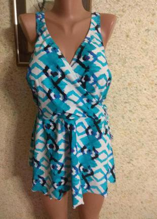 Слитный платье-купальник.