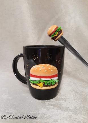 Чашка и ложка с гамбургером