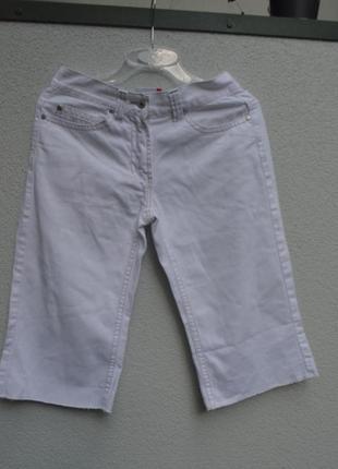 Классные шорты-бриджи из белого джинса