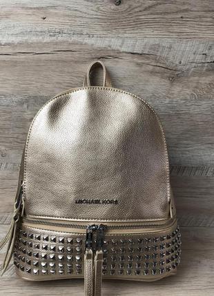 Женский стильный золотой рюкзак с шипами