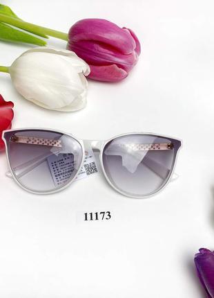 Стильные солнцезащитные очки в белой оправе к.11173