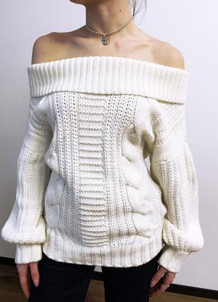 Белый вязаный свитер с открытыми плечами