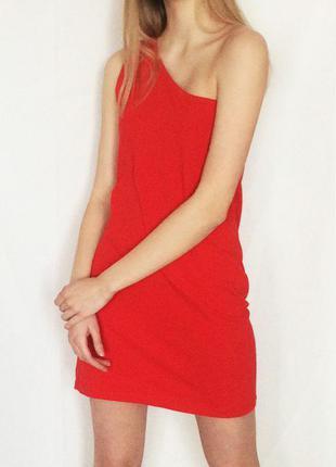 Красное платье с открытым плечом