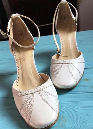 Босоножки, туфли, не высокий каблучок