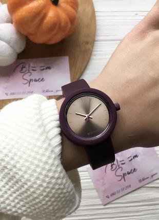 Стильные часы цвета марсала