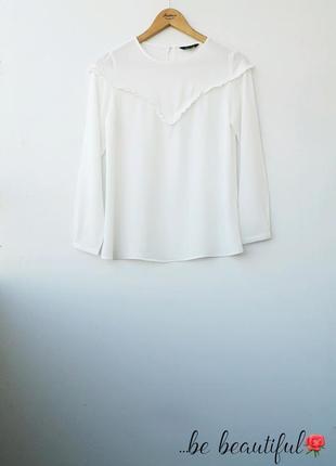 Молочная блуза с рюшами в зоне декольте s