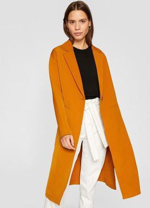 Легкое весеннее стильное прямое горчичное пальто миди с разрез...
