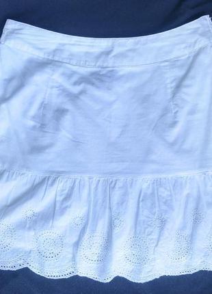 Легкая белая юбка с оборкой и вышивкой