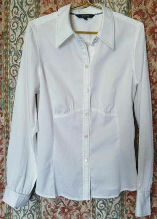 Блузка белая нежная.
