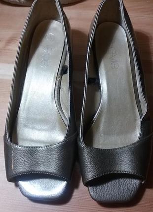 Летние золотистые туфли с открытым носочком
