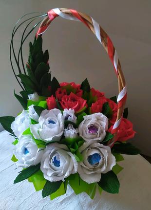 Цветы в корзине с конфетами