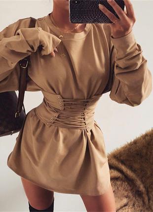 Актуальное бежевое платье с корсетом