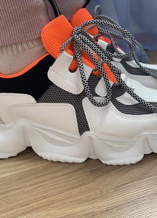Крутые кроссовки на высокой подошве