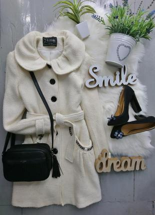 Эффектное белое пальто
