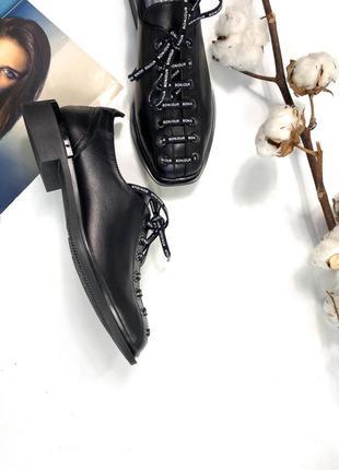 Женские кожаные туфли со шнурком