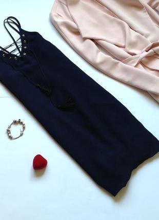 Темно-синее платье в бельевом стиле
