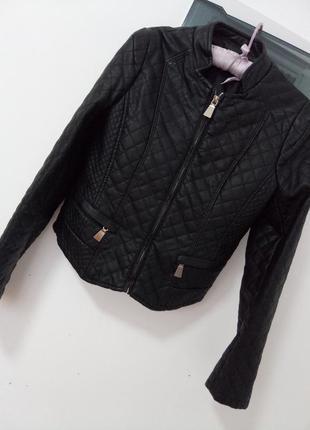 Стильная стеганая куртка раз. xs