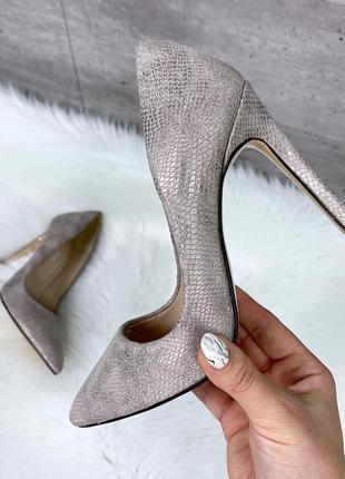 Шикарные бежевые туфли на шпильке из натурального велюра
