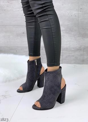 Серые высокие замшевые босоножки на каблуке,чёрные замшевые от...