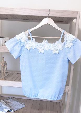 Блуза топ на плечи с кружевом sinsay