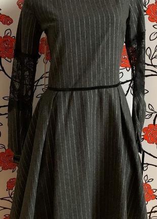 Платье с кружевными рукавами в серебряную полосочку46р