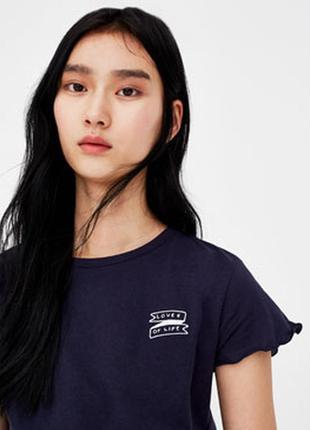 Pull&bear стильная футболка с патчем слоганом и оверлоком по к...