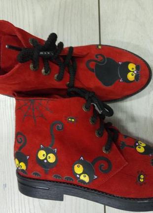 Замшевые ботинки с росписью черные коты.