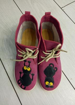 Закрытые  розовые туфельки с росписью черные коты.