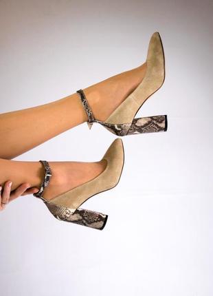 Замшевые бежевые туфли на каблуке