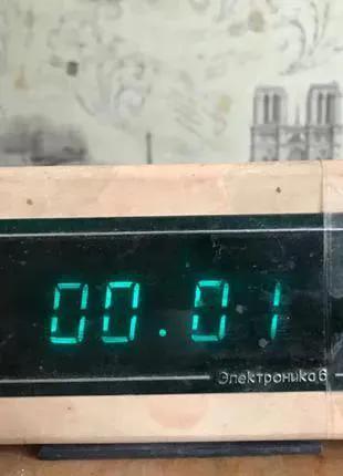 Электронные настольные часы Электроника