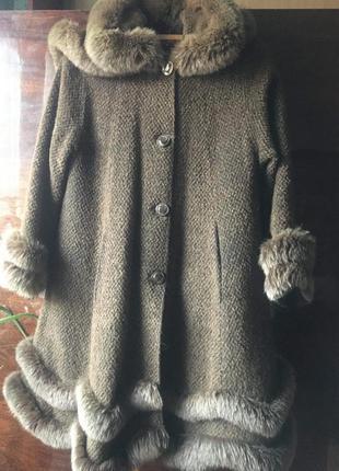 Женское пальто со вставками натурального меха песца