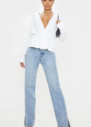 Блузка белая с глубоким декольте и длинными рукавами