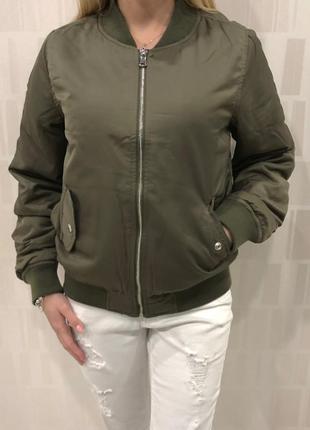 Утеплённый бомбер цвета хаки ветровка куртка. amisu. размеры у...