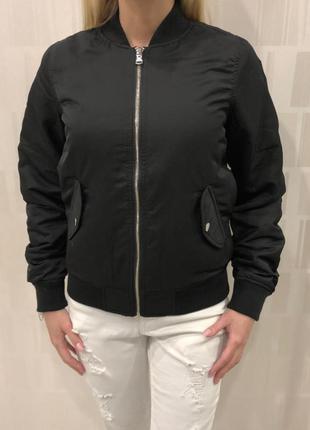 Чёрный бомбер утеплённая куртка ветровка. amisu. размер xs.