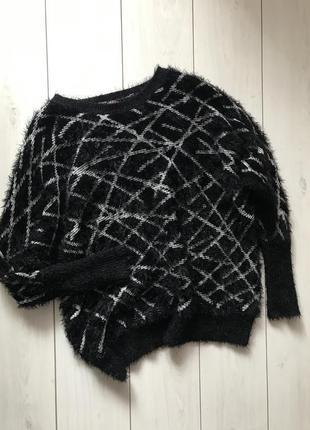 Черно-белый свитер травка