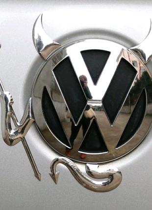 Наклейка на логотипный значок автомобиля.