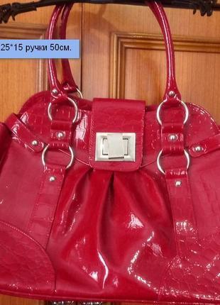 Стильная лаковая сумка new look под рептилию.я