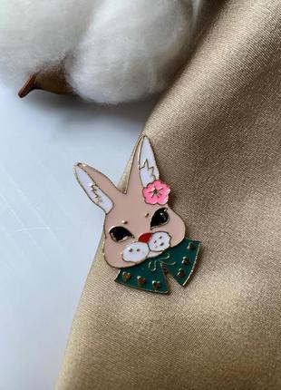 Брошь на одежду зайка, значок на одежду в виде зайца
