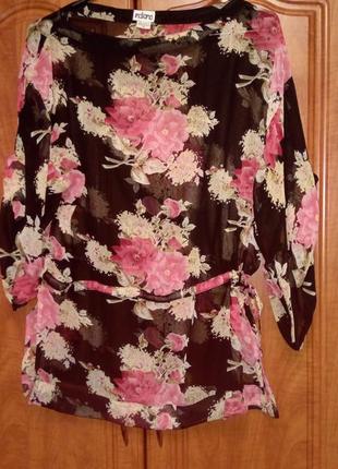 Прекрасная  блузка в цветочный принт.