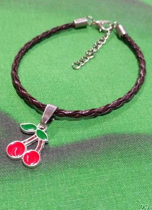 Плетёный кожаный браслет с подвеской вишенки.
