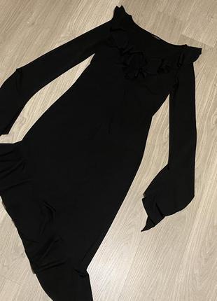 Ассиметричное чёрное платье с рюшами
