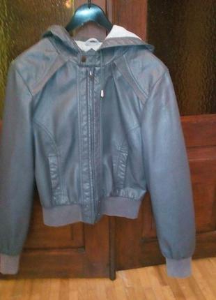 Куртка летне-осенняя. женская. с капюшоном, кожзам.