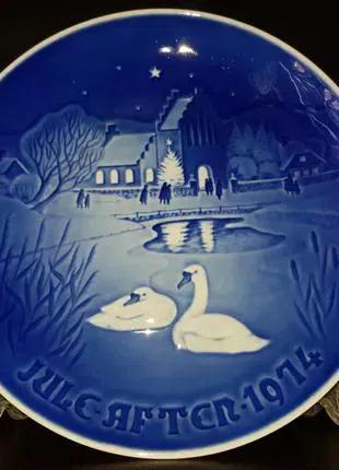 Продам датскую, декоративную, фарфоровую тарелку Пара лебедей.