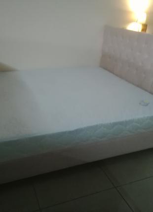 Кровать с матрасом на деревянном каркасе
