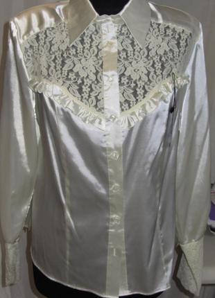 Атласная блуза  молочного цвета.