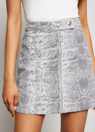 Тотальная распродажа! джинсовая юбка со змеиным принтом и замк...