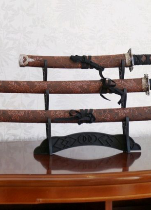 Набор из трёх самурайских мечей на подставке