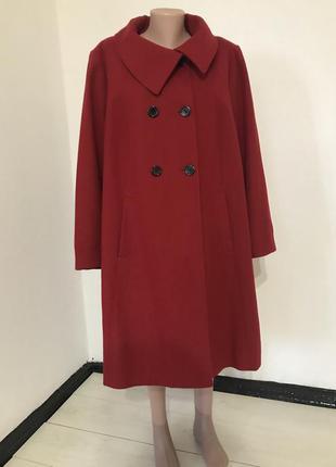 Красное шерстяное пальто большого размера